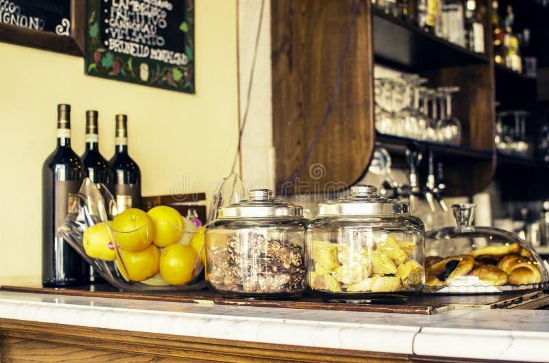 Bar mit Obstwein und Lebensmittel stockbild