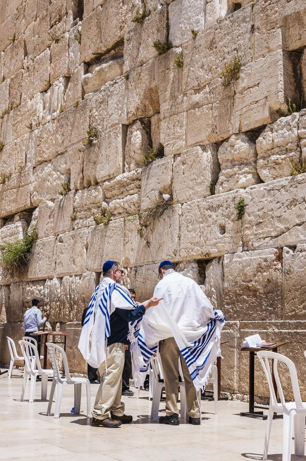 Bar mitzvah judío tradicional cerca de la pared occidental en Jerusalén fotos de archivo