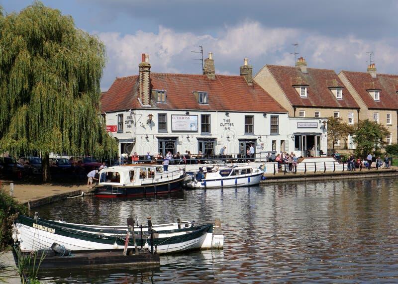 Bar på sidan av floden stora Ouse, Ely, Cambridgeshire, England royaltyfri foto