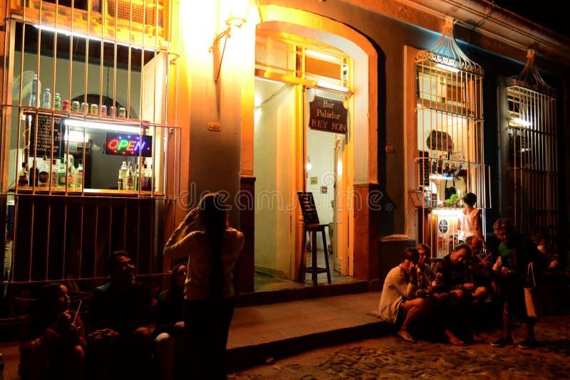 Bar Paladar Rey Ron nacht Trinidad, Cuba stock foto's