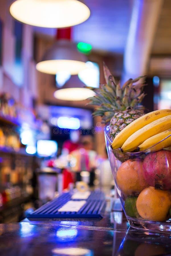 Bar przy nocą Zamazany plecy bar Owoc na baru kontuarze obrazy stock