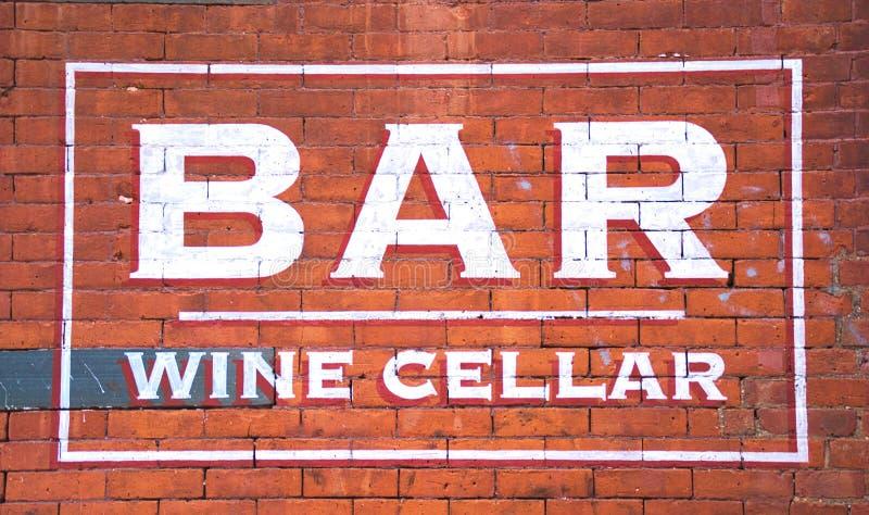 Bar- und Weinkeller auf Ziegelstein lizenzfreie stockbilder