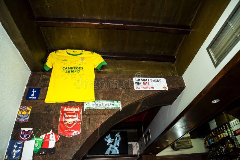 Bar w Camara De Lobos wioska rybacka blisko miasta Funchal i niektóre wysokie falezy w świacie obrazy royalty free