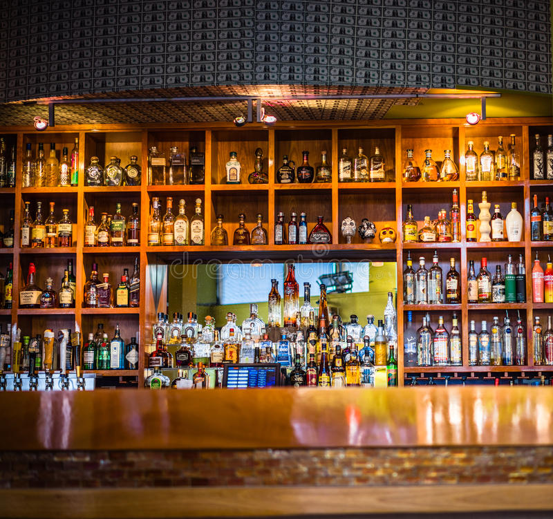 Bar z asortowanym alkoholem i duchami zdjęcia royalty free