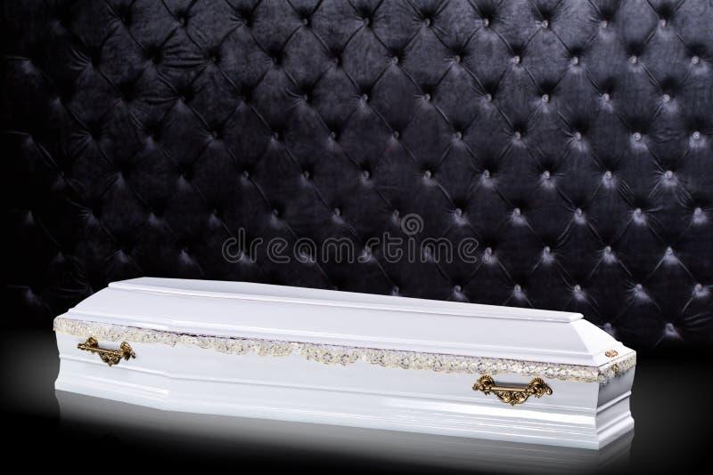 Bara bianca di legno chiusa isolata su fondo di lusso grigio cofanetto, bara su fondo reale illustrazione di stock