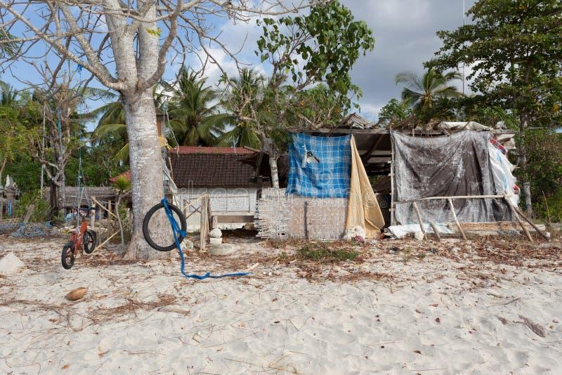 Baracca di casa indonesiana sulla spiaggia fotografia for Piccoli disegni di casa sulla spiaggia