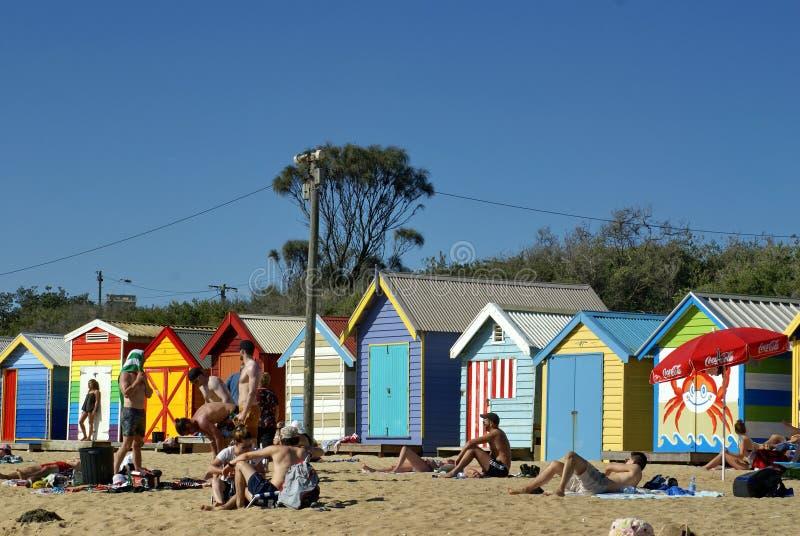 Baracche brillantemente colorate della spiaggia su Brighton Beach fotografia stock libera da diritti
