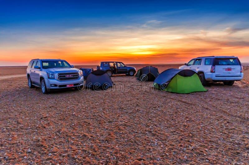 BARal HIKMAN, OMAN - OCT 30, 2015: De Zonsondergang van het woestijnkamp royalty-vrije stock foto