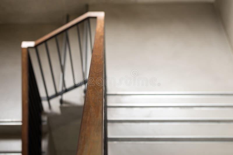 Barandilla de madera moderna en el edificio - diseño/interior foto de archivo libre de regalías