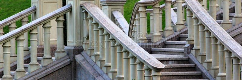 Barandilla de piedra en una escalera imagenes de archivo