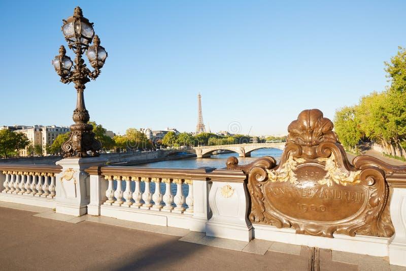 Barandilla del puente de Pont Alejandro III con la torre Eiffel en París imagenes de archivo