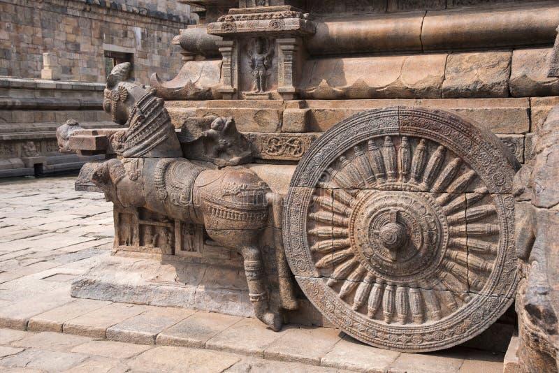 Barandilla, elefante tallado y carro del ` s de Shiva en la entrada al templo de Airavatesvara, Darasuram, Tamil Nadu, la India imagen de archivo