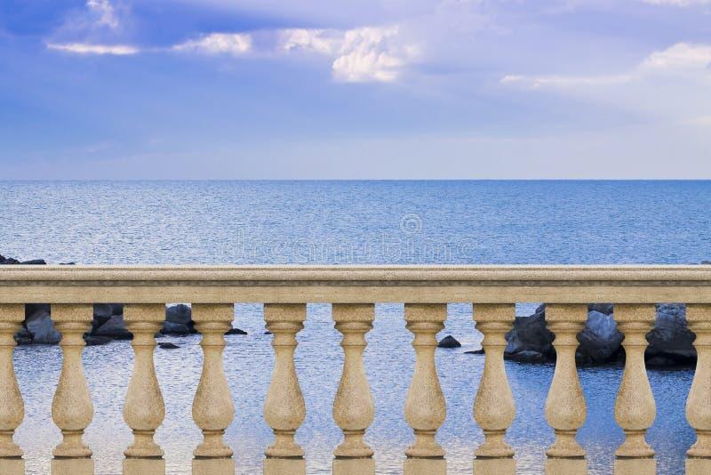 Barandilla italiana concreta contra un mar tranquilo en un día soleado - fotos de archivo