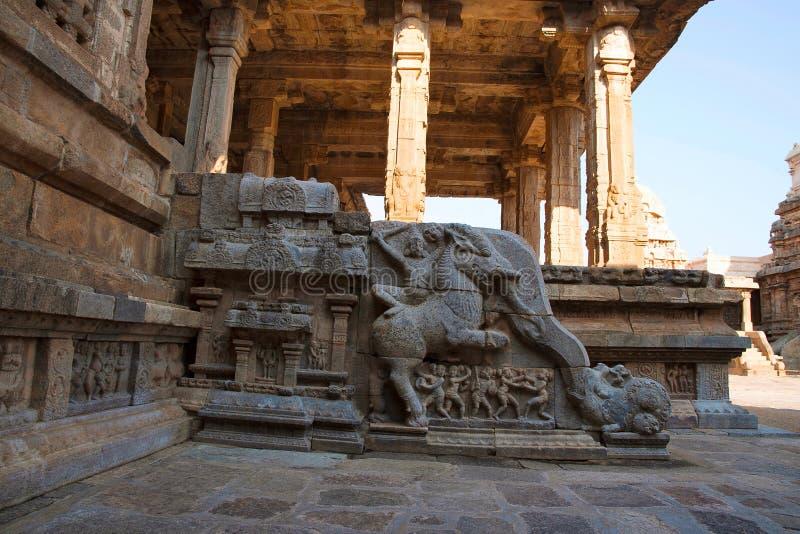 Barandilla que muestra a un soldado que monta a una criatura mítica, mandapa del noroeste, templo de Airavatesvara, Darasuram, Ta imagen de archivo
