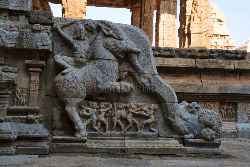 Barandilla que muestra a un soldado que monta a una criatura mítica, mandapa del noroeste, templo de Airavatesvara, Darasuram, Ta imagenes de archivo