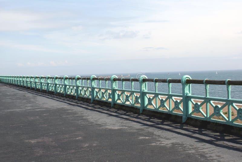 Barandilla y 'promenade' públicas de la playa de la playa en Brighton, Inglaterra imágenes de archivo libres de regalías