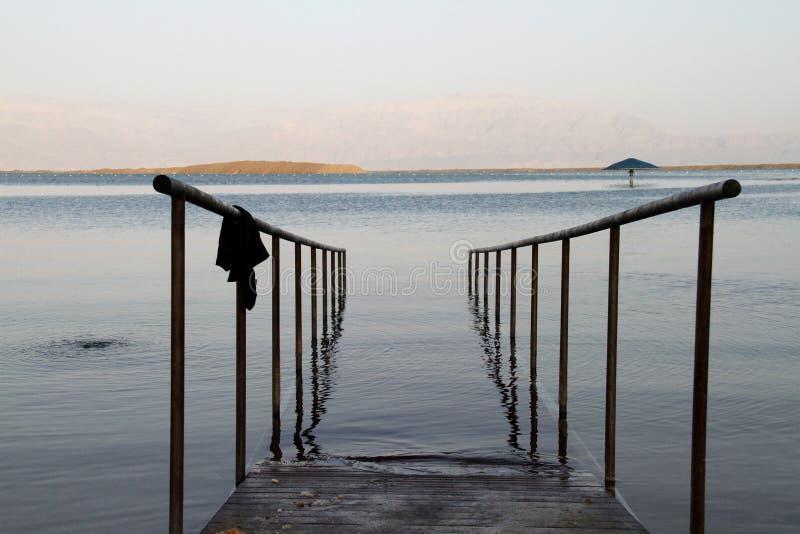 Barandillas de Israel del mar muerto para la entrada imágenes de archivo libres de regalías