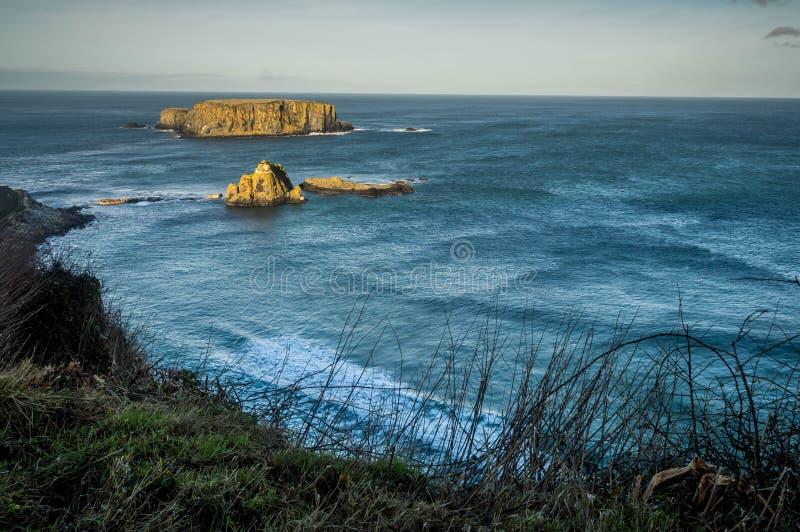 Baraniej wyspy, Północny wybrzeże Antrim, okręg administracyjny Antrim, Północny - Ireland zdjęcia stock