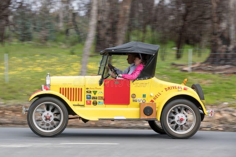Barata 1927 de Ford Model T que conduz na estrada secundária foto de stock royalty free
