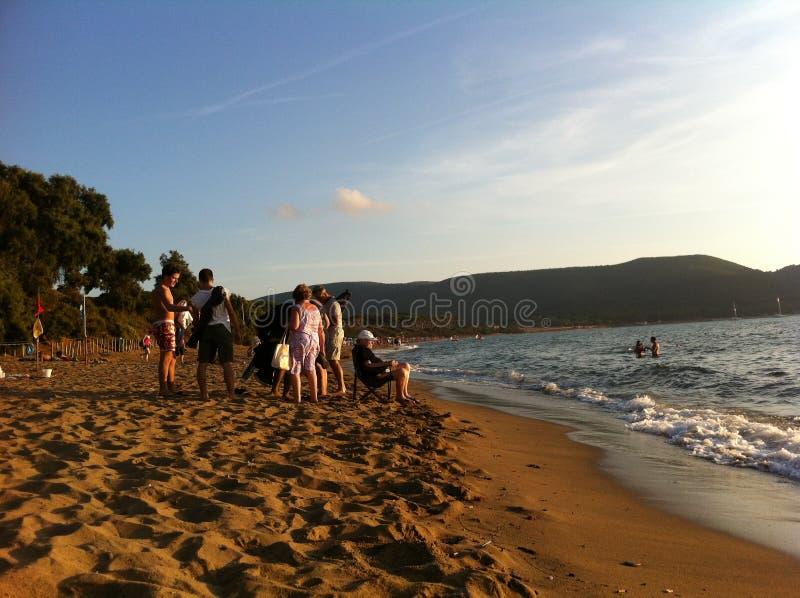 Baratti, Italien am 16. August 2013 Der Abend der Abendstrand und -meer bei Sonnenuntergang auf den Uferresttouristen lizenzfreie stockbilder