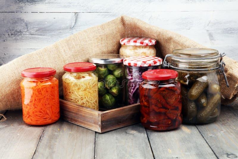 Barattoli con varietà di verdure marinate Alimento conservato immagine stock