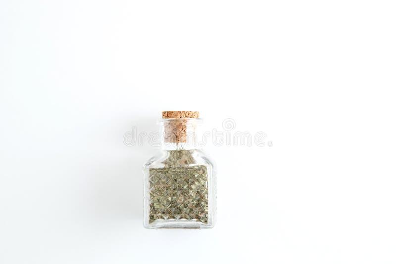Barattoli delle spezie su un fondo isolato bianco fotografia stock libera da diritti