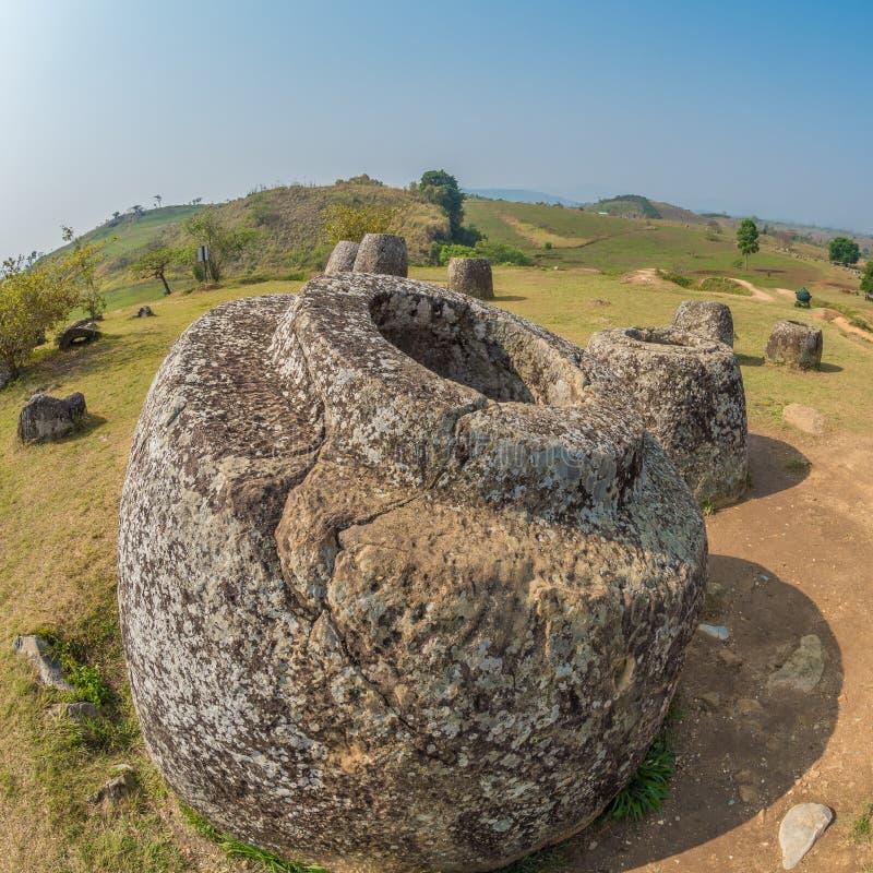Barattoli giganti della pietra di età del ferro Plateau di Xiangkhoang, Laos fotografia stock