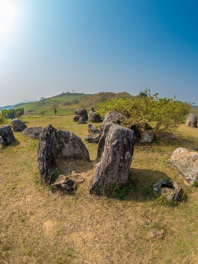 Barattoli giganti della pietra di età del ferro Plateau di Xiangkhoang, Laos immagini stock