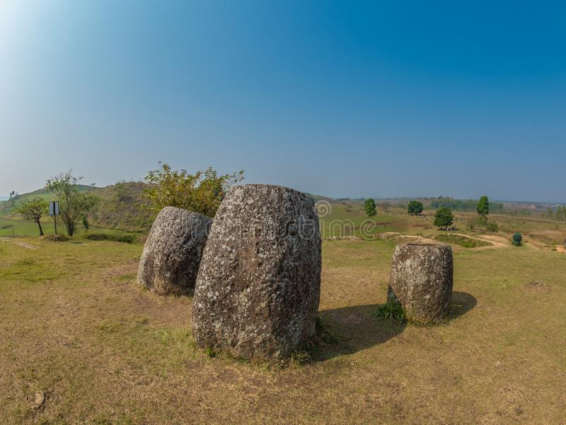 Barattoli giganti della pietra di età del ferro Plateau di Xiangkhoang, Laos immagine stock libera da diritti