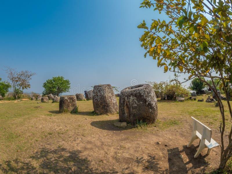Barattoli giganti della pietra di età del ferro Plateau di Xiangkhoang, Laos fotografia stock libera da diritti