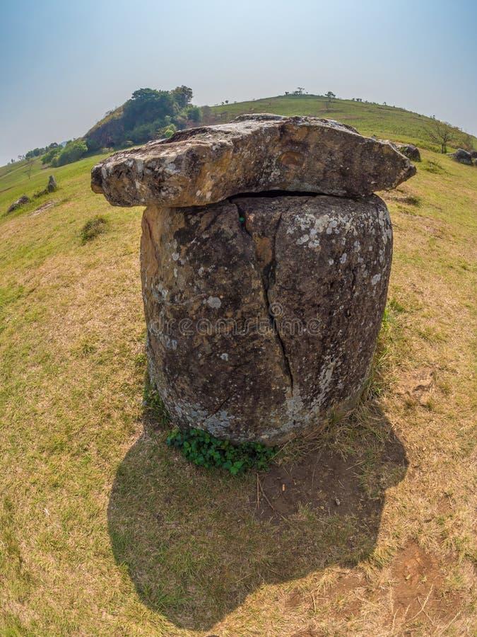 Barattoli giganti della pietra di età del ferro Plateau di Xiangkhoang, Laos fotografie stock libere da diritti