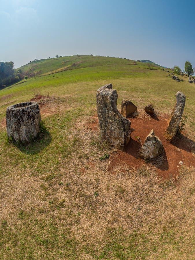 Barattoli giganti della pietra di età del ferro Plateau di Xiangkhoang, Laos immagini stock libere da diritti