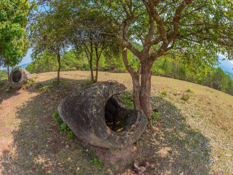 Barattoli giganti della pietra di età del ferro sulla collina boscosa Plateau di Xiangkhoang, L immagine stock libera da diritti