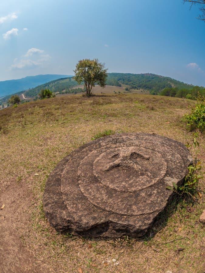 Barattoli giganti della pietra di età del ferro sulla collina boscosa Plateau di Xiangkhoang, L fotografie stock