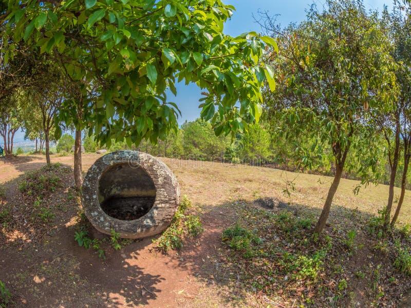 Barattoli giganti della pietra di età del ferro sulla collina boscosa Plateau di Xiangkhoang, L immagini stock