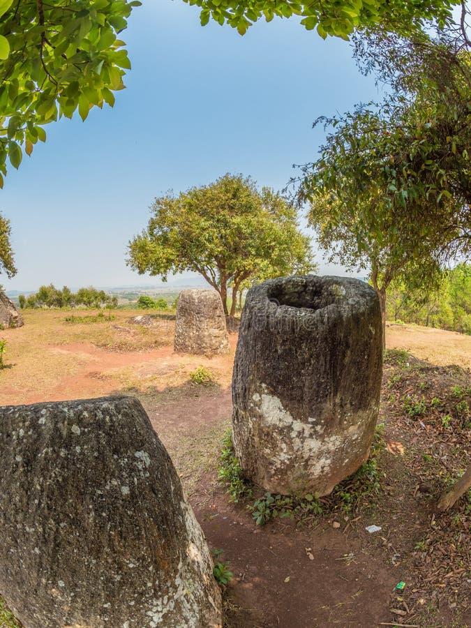 Barattoli giganti della pietra di età del ferro sulla collina boscosa Plateau di Xiangkhoang, L fotografia stock