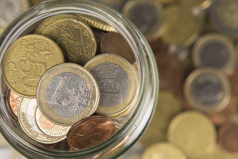 Barattolo dei contanti riempito di monete immagine stock libera da diritti