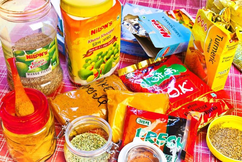 Barattolo del sottaceto del mango e delle spezie calde indiane tradizionali fotografia stock libera da diritti