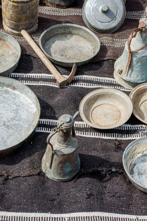 Barattolo dell'acqua del ewer del metallo di stile molto vecchio immagine stock