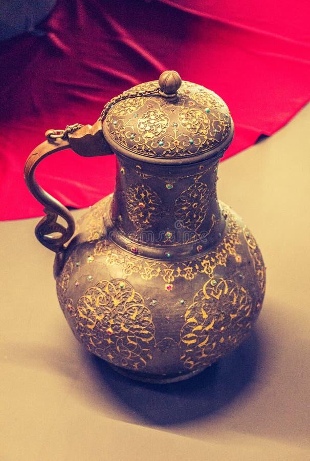 Barattolo dell'acqua del ewer del metallo di stile molto vecchio fotografie stock libere da diritti
