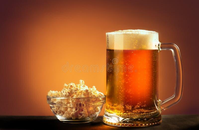 Barattolo della birra con popcorn fotografia stock libera da diritti