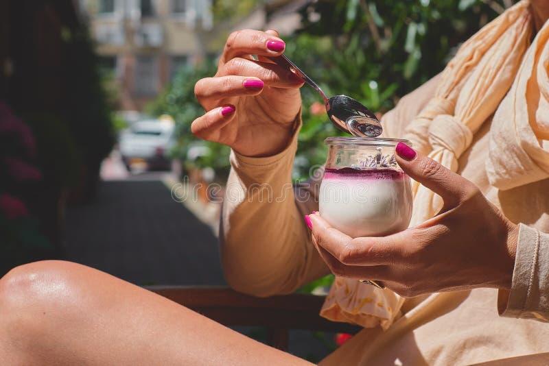 Barattolo della tenuta della donna con il budino delizioso del seme di chia, fine su fotografie stock