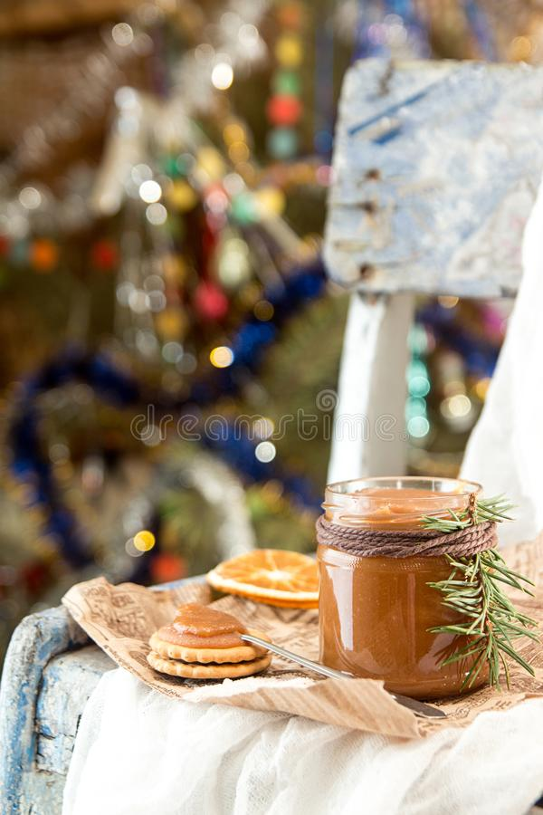 Barattolo delle decorazioni del caramello del sale e del nuovo anno di Natale fotografia stock libera da diritti