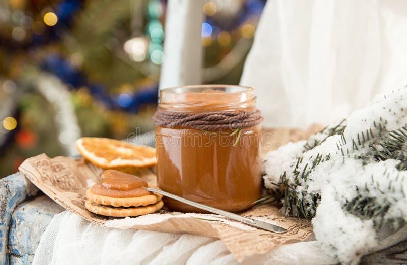 Barattolo delle decorazioni del caramello del sale e del nuovo anno di Natale fotografie stock libere da diritti