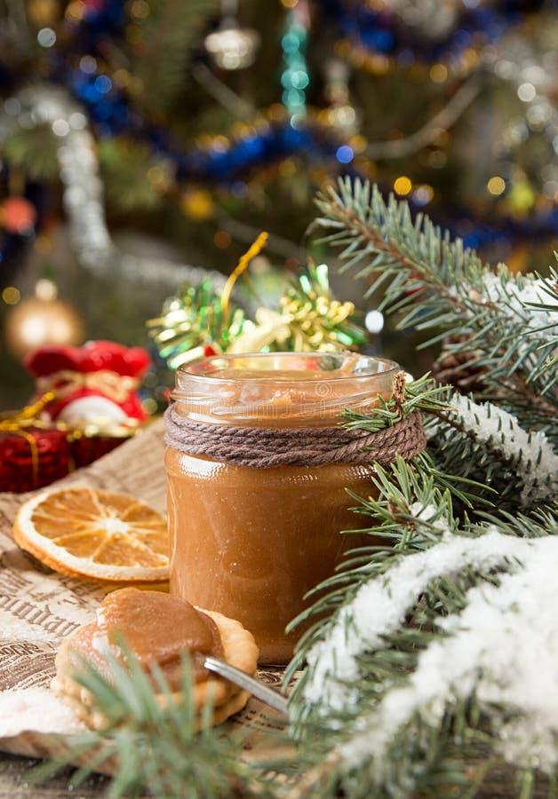Barattolo delle decorazioni del caramello del sale e del nuovo anno di Natale immagine stock