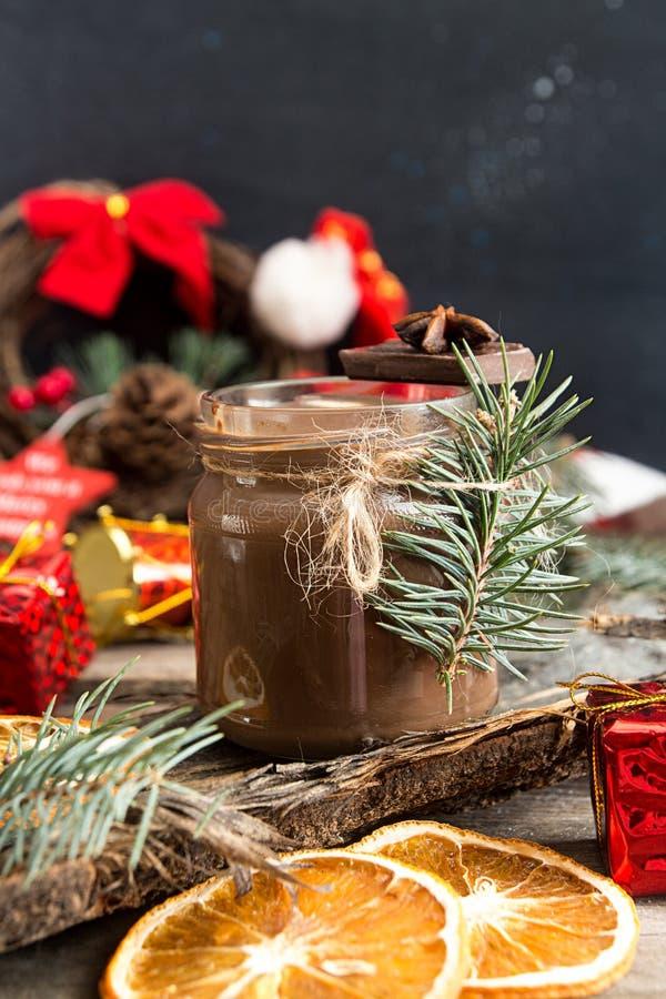 Barattolo di cioccolata calda e delle decorazioni di Natale immagine stock