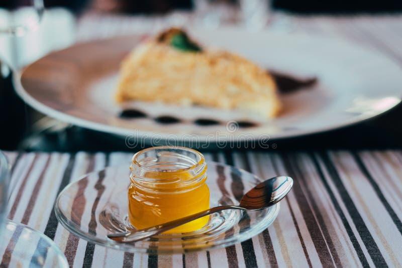 Barattolo di miele sul piatto immagine stock libera da diritti