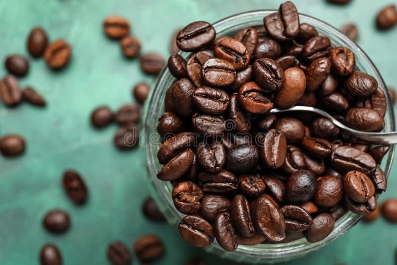 Barattolo di vetro con i chicchi di caffè sulla tavola, primo piano fotografie stock