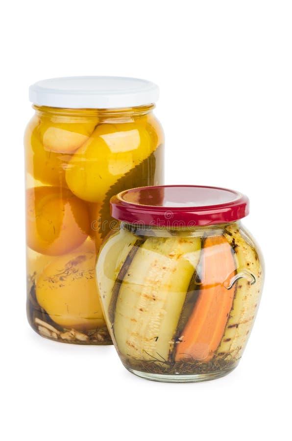Barattolo di vetro con le fette arrostite dello zucchini ed i pomodori gialli immagini stock