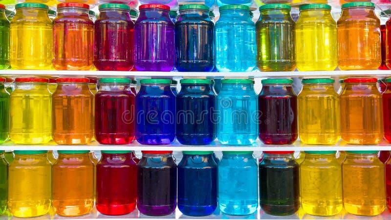 Barattolo di vetro con liquido colorato immagine stock